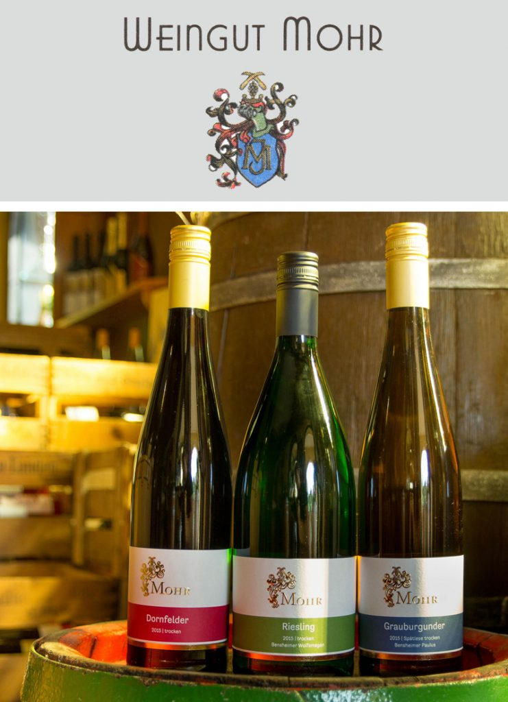bergstrasse_roter riesling_Weingut Mohr Weinflasche Holzfass mit Logo